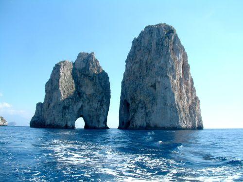 Скалы Фаральони -  три загадочные светло-охровые известняковые скалы, возвышающиеся из моря сразу за мысом Пунта Трагара на юге Капри