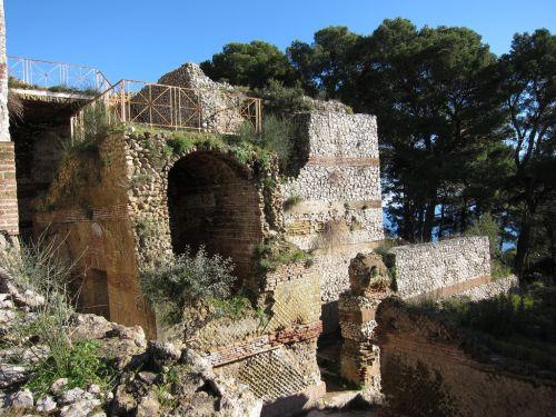 Вилла Юпитера расположена на холме Монте Тиберио на северо-востоке острова  в дальнем его углу