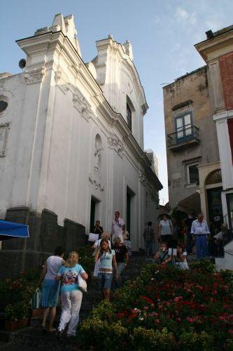 Католическая Церковь Санто Стефано расположена в центре острова, на том самом месте, где находился более древний храм