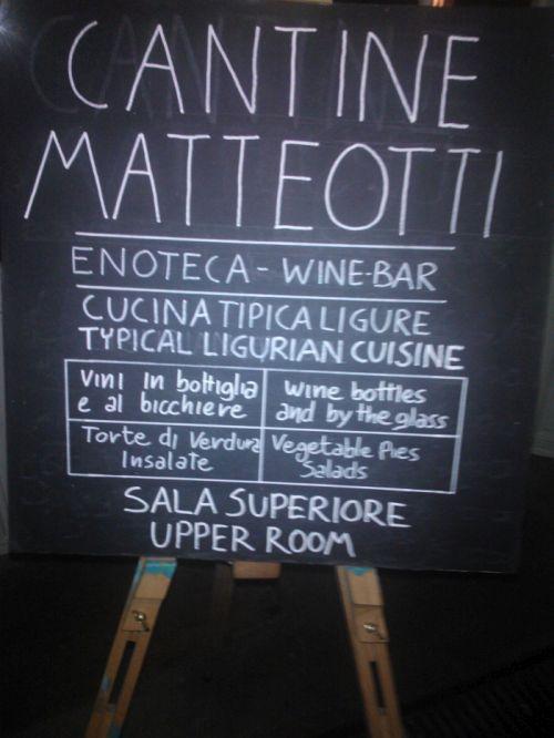 Уличное меню с закусками и вино в Генуи
