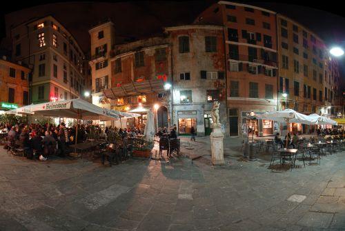 Позавтракать или поужинать можно на Piazza del'Erbe