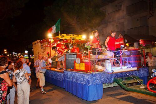 В Лидо ди Езоло в течение года проходят различные праздники и фестивали, как, например, Фестиваль Винограда, отмечаемый обычно в середине сетября