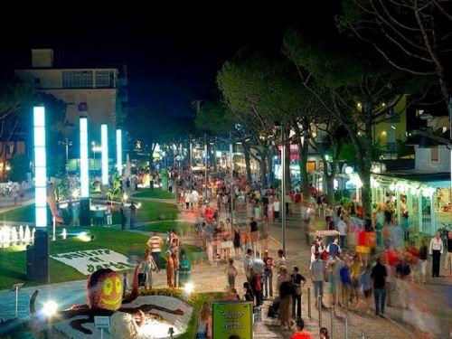 Как и на любом другом курорте в Лидо ди Езоло насыщенная 'ночная жизнь'