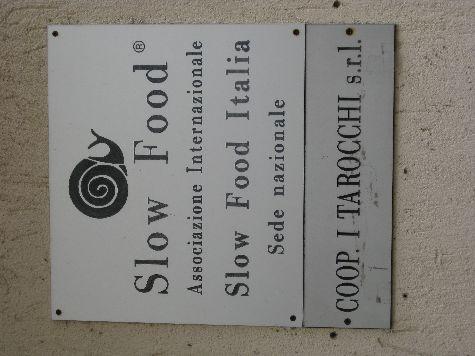Именно здесь зародилось движение зародившийся здесь движение Slow Food, что значит Поесть Медленно, или типа того.. в противовес безвкусному Фаст Фуду!