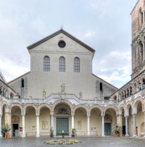 Красивейший собор в честь святого Матфвея в Салерно