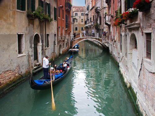 Гондола - самый романтичный способ передвижения по городу, но и самый дорогой