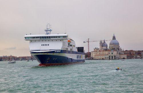Если Вы путешествуете в Венецию на машине, то, возможно, Вам понадобится воспользоваться паромом