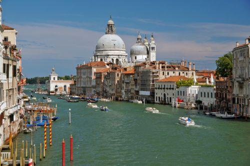 В Венеции нет дорого, поэтому все перемещение происходит либо пешком, либо на общественном водном транспорте: вапоретто, такси, паром или гондолы