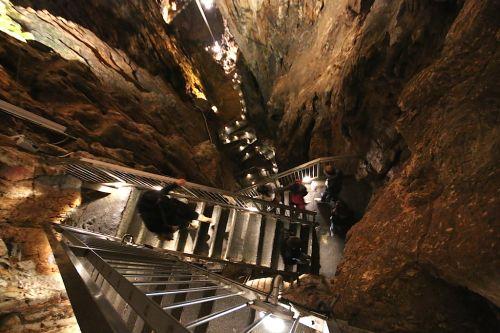 Лестница в пещеру Гротте Гиганте