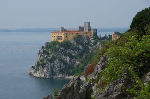 Замок Дуино расположен 30 км северо-западнее Триеста