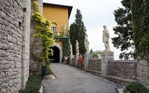 Живописный парк вокруг замка спускается каскадом с вершины скал к Адриатическому морю
