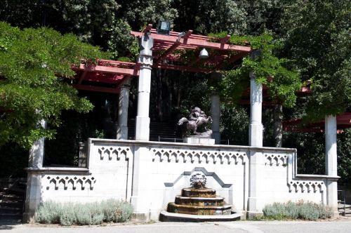 Красивые фонтаны на территории замка Маримаре