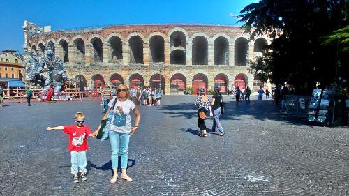 Арена ди Верона была построена в около 30-м году для проведения  боев гладиаторов, морских сражений и цирковых шоу