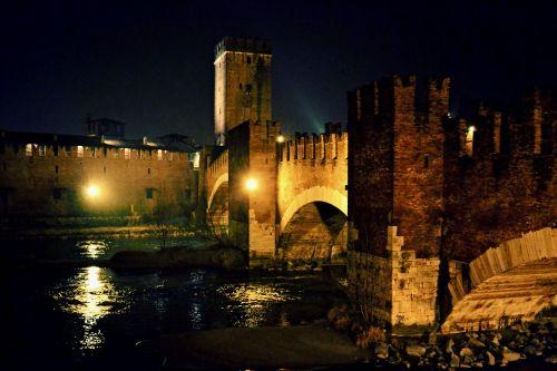 Замок Кастельвеккио на берегу реки Адидже был построен в период правления Скалигеров и имел оборонительные функции